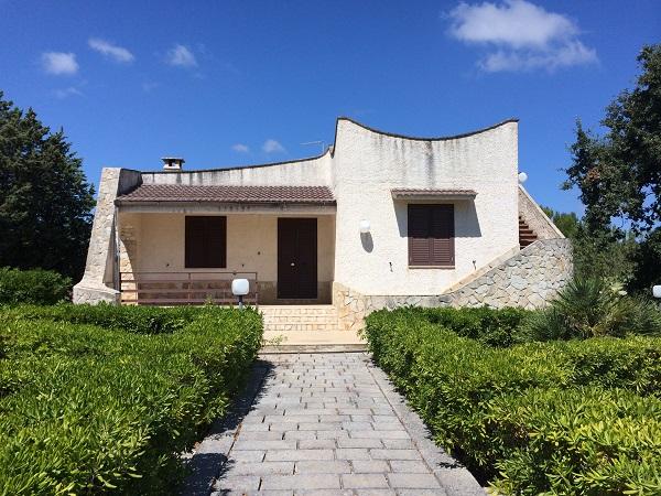 Villa med Trullo och särskild trädgård till salu i Carovigno i Puglia