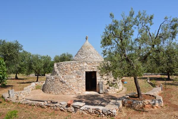 Antico Trullo in Pietra con ulivi in vendita in Puglia