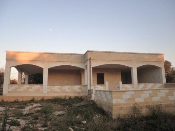 Villa estate allo stato rustico con ulivi in vendita in Puglia